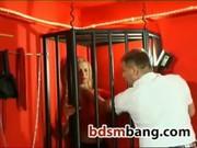Чувак закрыл в клетке любимую рабыню