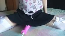 Подглядывание под юбкой за волосатой пиздой